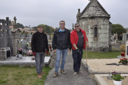 Yannick Maudet, Responsable des Espaces Verts de Mortagne sur Sèvre, entouré d'André-Marie et Jean-Pierre de NovaliSs